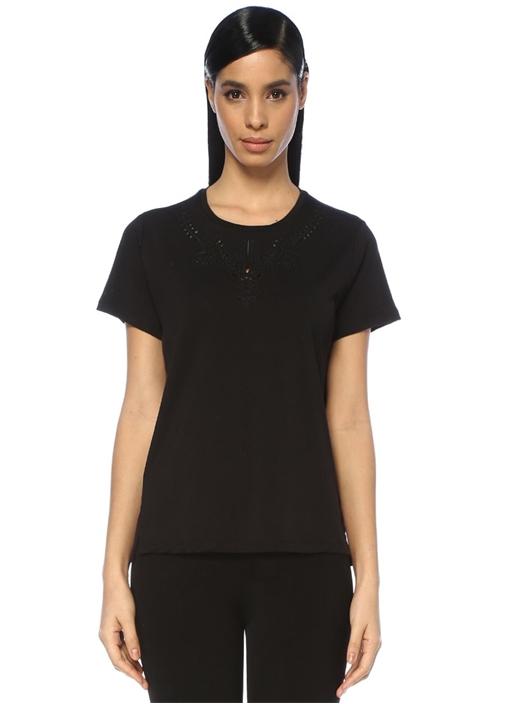 Siyah Yakası Delikli Nakış Detaylı T-shirt